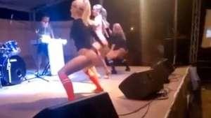 Lindas chicas hacen sensual baile para un público no apto Video: