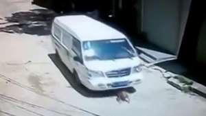 Registro de bebé atropellado por furgón tiene increíble final Video: