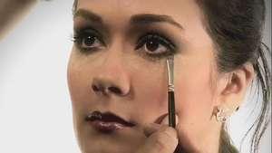 Cómo pasar de un maquillaje del día a la noche Video: