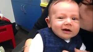 La dulce reacción de un bebé al oír por primera vez en su vida Video: