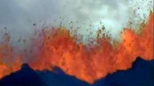 La erupción de un volcán con chorros de lava de 50 metros Video: