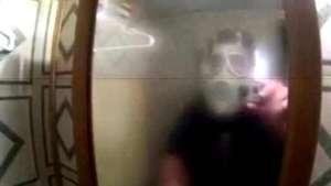 Casi lo matan de un infarto con pesada broma en el baño Video: