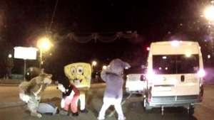 Hombres disfrazados de Mickey Mouse y Bob Esponja golpean a un conductor en Rusia Video: