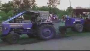 Claramente algo sale mal al tirar este tractor Video: