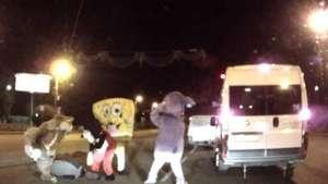 Bob Esponja, Mickey Mouse y la ardilla de Ice Age dan paliza a un conductor ruso Video: