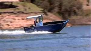 Embarcaciones tipo lego navegan en ríos y lagos de Colombia Video: