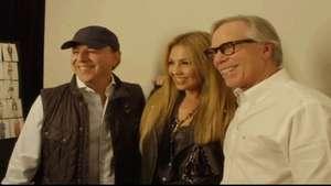 Thalía y Tommy Mottola en el desfile de Tommy Hilfiger en la NYFW Video: