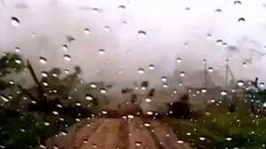 Sale de su garaje antes de que un tornado lo destruya Video: