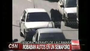 Así roban autos en un semáforo en Pompeya  Video:
