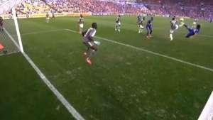 Un espectacular gol de tijera dentro del área Video: