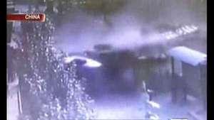 Camión vuelca en parada de colectivo y causa un desastre Video:
