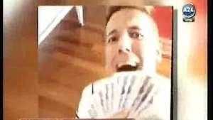 Siempre polémico: Alexander Caniggia se abanica con billetes Video: