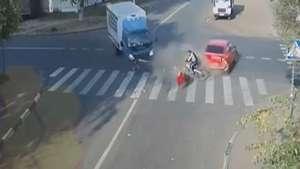 Ciclista salva de milagro e ileso de tremendo accidente Video: