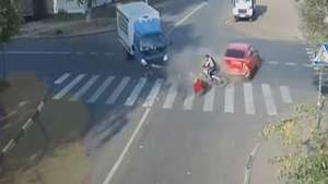 Ciclista se salva de milagro y sale ileso de tremendo accidente Video: