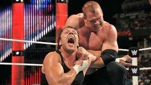 RAW: Ambrose buscaba a Rollins, pero se tuvo que conformar con Kane Video:
