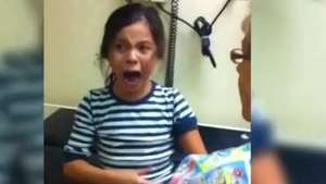 Insólito: Extraña reacción de niña al ser vacunada Video: