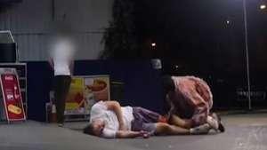 Brutal broma de zombies aterroriza a transeúntes Video: