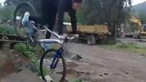 Así está mamá intenta imitar hazaña de su hijo en bicicleta Video:
