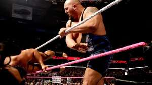RAW: Big Show se lleva por delante a Rusev y profana la bandera rusa Video: