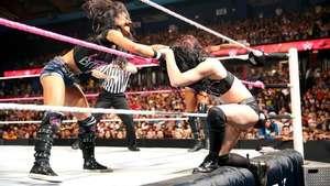 RAW: Paige provoca la derrota de AJ Lee ante Alicia Fox Video: