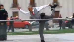 Insólito: hombre hace patinaje artístico en La Moneda   Video: