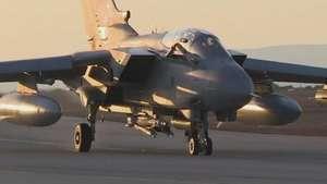 Primeros bombardeos británicos contra el Estado Islámico Video: