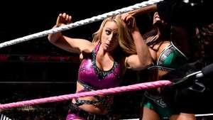 RAW: AJ Lee abandona a Emma ante Paige y Alicia Fox Video: