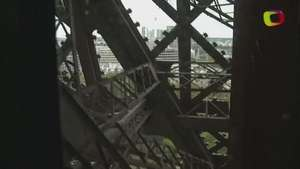 Piso de vértigo en la Torre Eiffel Video: