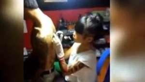 Pequeña se luce como una tatuadora profesional Video: