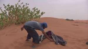 'Arenoterapia' en el desierto de Marruecos Video: