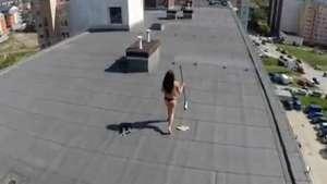 Drone sorprende a mujer tomando sol en topless Video: