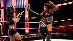 RAW: Paige ayuda a Alicia Fox a tumbar a la Campeona de Divas Video: