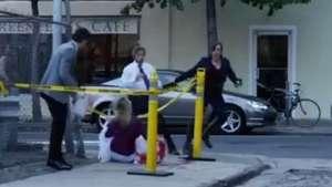 Transeúntes reaccionan con terror ante brutal broma Video: