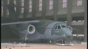 Prototipo KC-390, el mayor carguero militar brasileño, es presentado por Embraer Video: