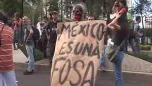 Protestas y hallazgo de fosas obligan a gobernador de Guerrero a pedir licencia Video: