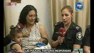 Una mujer policía se vistió de partera Video: