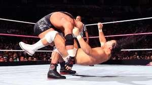 RAW: Ryback vuelve de una lesión llevándose por delante a Bo Dallas Video: