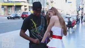 Bella enfermera realiza examen testicular en la calle Video: