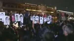 México se une al dolor de padres de estudiantes desaparecidos Video: