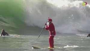 Santa Claus surfea en Italia Video: