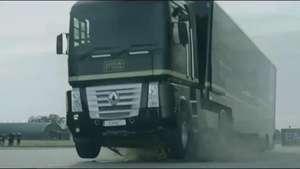 Así salta un camión por encima de un Fórmula 1 Video: