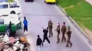 Descarado: Hombre ataca a Carabineros con un hacha  Video: