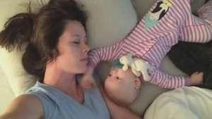 Ternura al máximo: cariñoso bebé no deja dormir a su mamá Video: