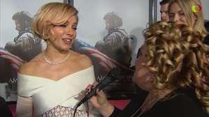 Sienna Miller de blanco y brillante en la gala del estreno de 'American Sniper' Video: