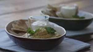 Receta: Dip de garbanzo con chips de pan árabe Video: