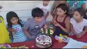 Claramente esta no es la mejor forma de un cumpleaños feliz Video: