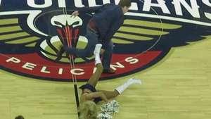 Will Ferrell da pelotazo en la cara a porrista de la NBA Video:
