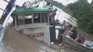 Continúa búsqueda de desaparecidos por naufragio en Perú Video: