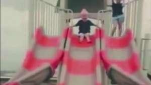 Niño termina adolorido tras lanzarse en raro resbalín Video:
