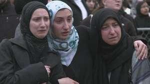 EU da último adiós a estudiantes musulmanes asesinados Video: